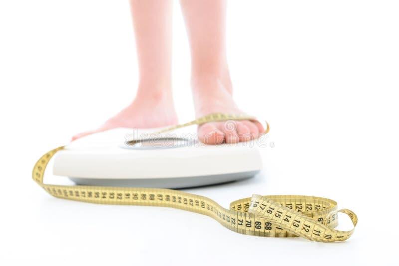 Download Gambe Di Una Donna Sulla Macchina Di Ponderazione Fotografia Stock - Immagine di calorie, atletico: 55351914