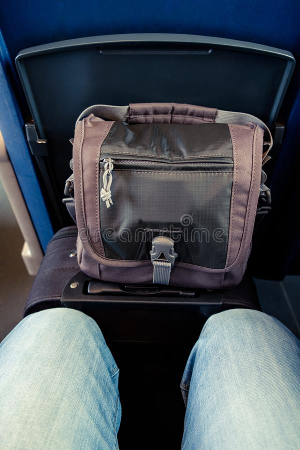 Gambe e bagagli in treno fotografia stock