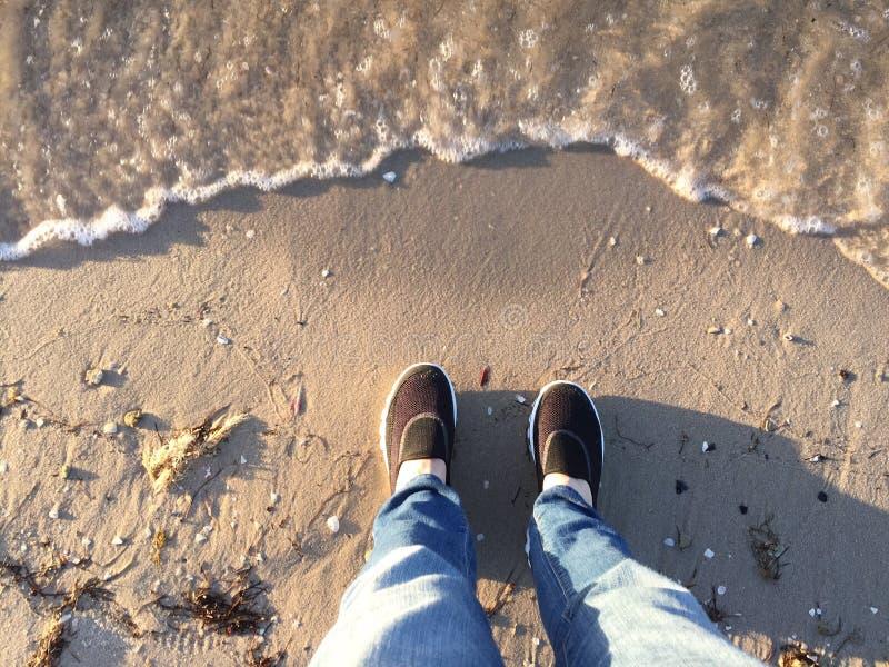 Gambe e piedi di selfie alla spiaggia immagini stock