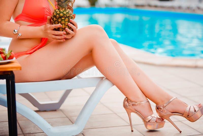 Download Gambe Ed Ente Perfetti E Sexy Di Uso Della Giovane Donna Fotografia Stock - Immagine di perfetto, femmina: 56880970