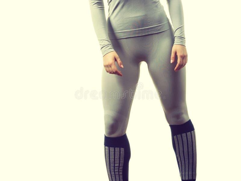 Gambe femminili adatte che portano biancheria intima thermoactive immagine stock