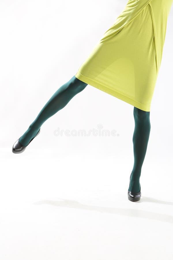 Gambe femminili in calzamaglia variopinte immagine stock libera da diritti