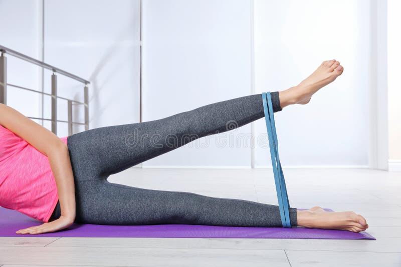 Gambe femminili che si preparano con l'elastico fotografie stock libere da diritti