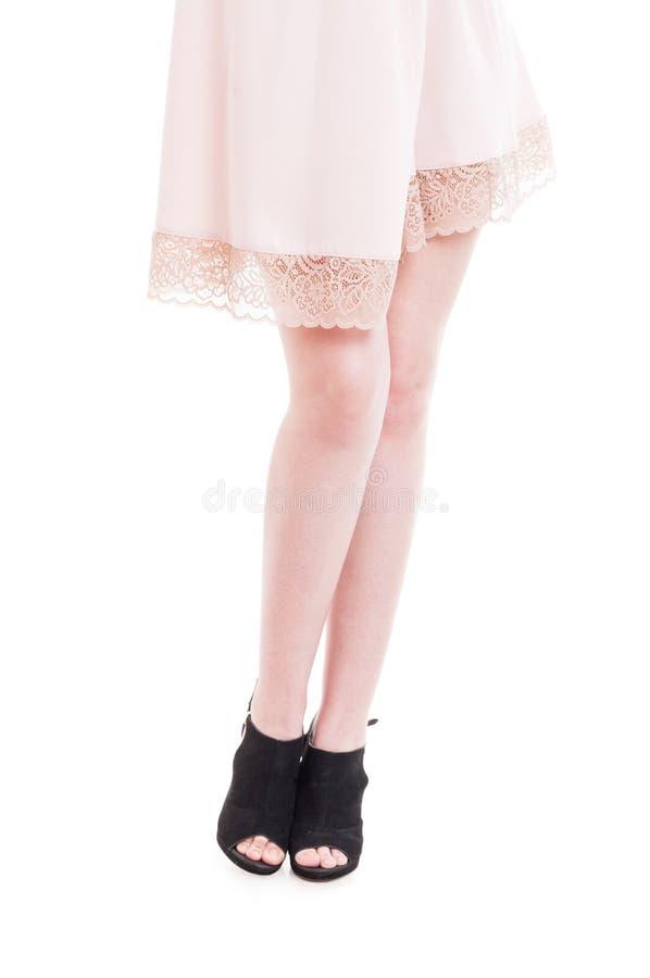 Gambe femminili lunghe sexy che indossano i tacchi alti neri moderni fotografia stock