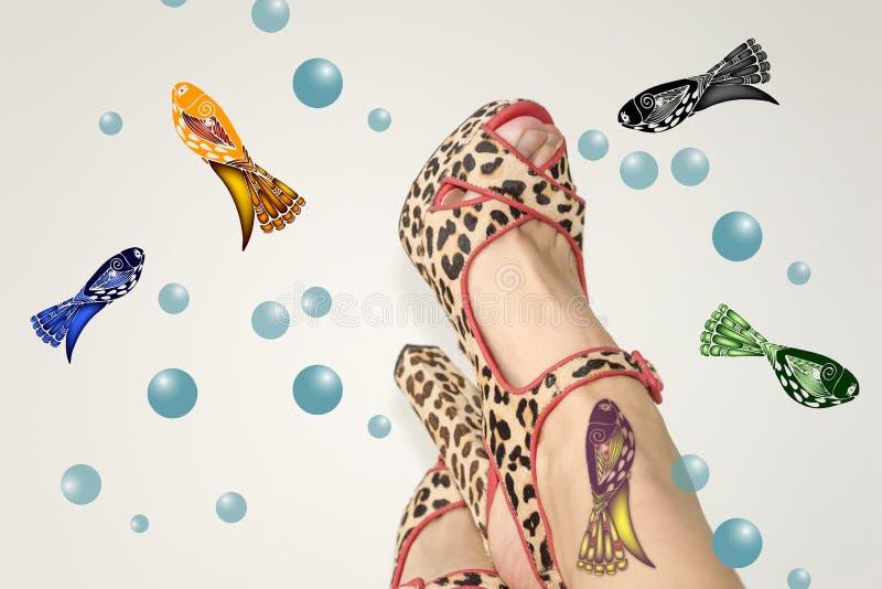 Gambe femminili in sandali con una stampa animale fotografia stock