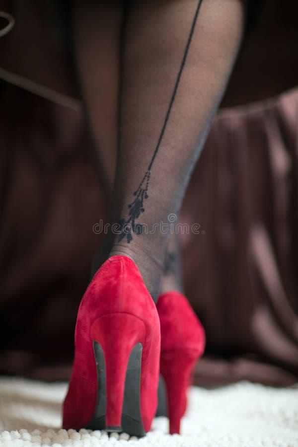 Gambe femminili in scarpe rosse immagini stock libere da diritti