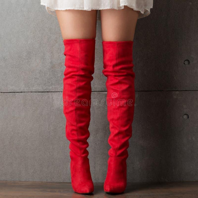 Gambe femminili in stivali rossi lunghi, scarpe alla moda, acquisto immagini stock libere da diritti