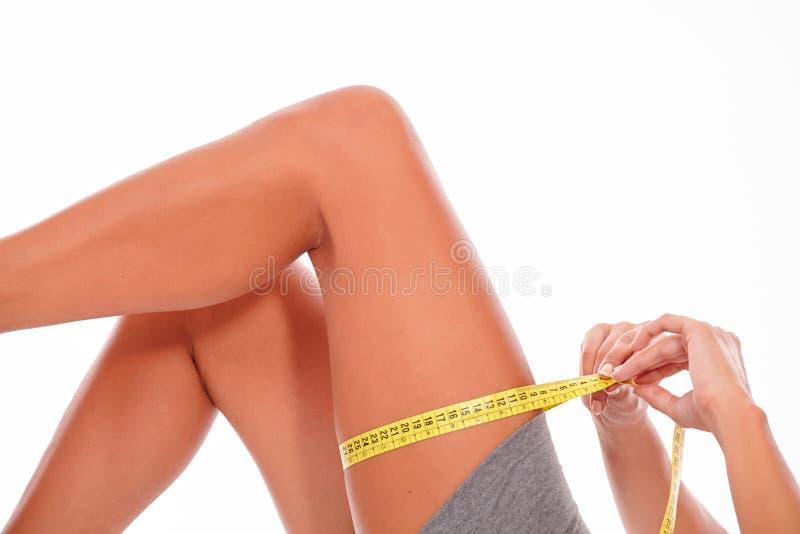 Gambe femminili superiori su fondo bianco fotografie stock