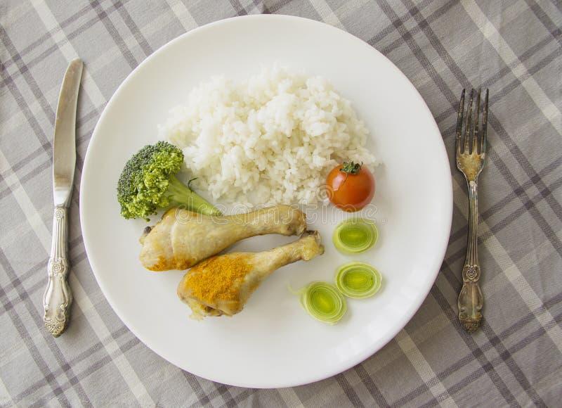 Gambe greche del pollo con riso sulla tavola servita fotografia stock