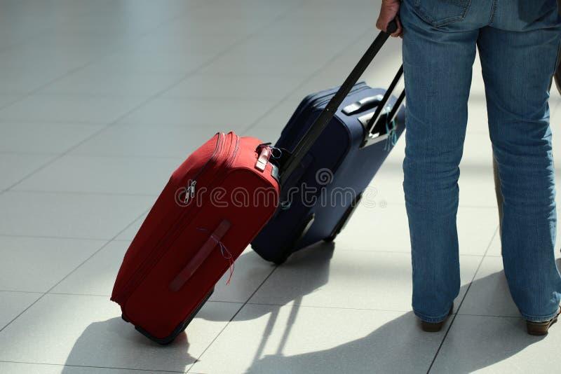 Gambe in jeans con la valigia fotografia stock libera da diritti