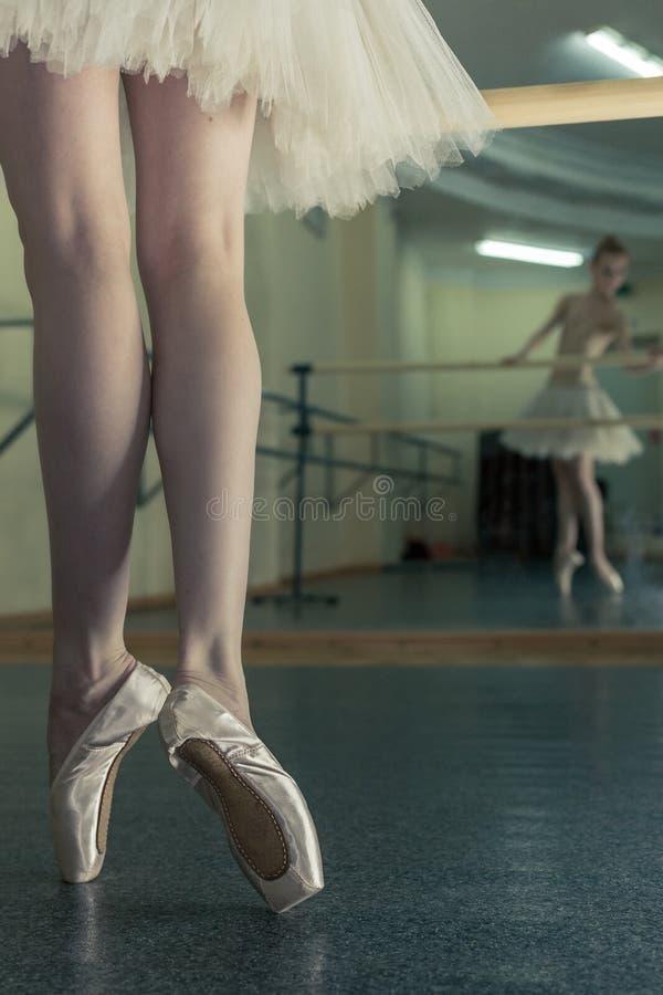 Gambe lunghe della ballerina nel toeshoe fotografia stock