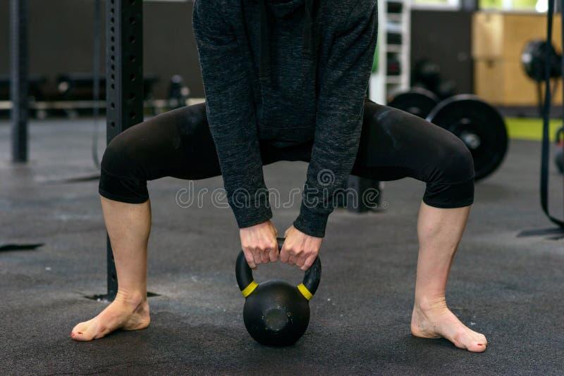 Gambe muscolari di un sollevatore pesi femminile immagini stock