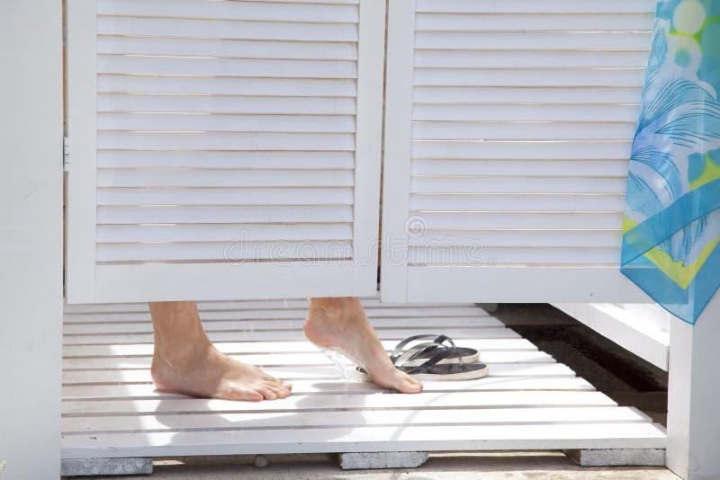 Gambe nella doccia di estate fotografia stock