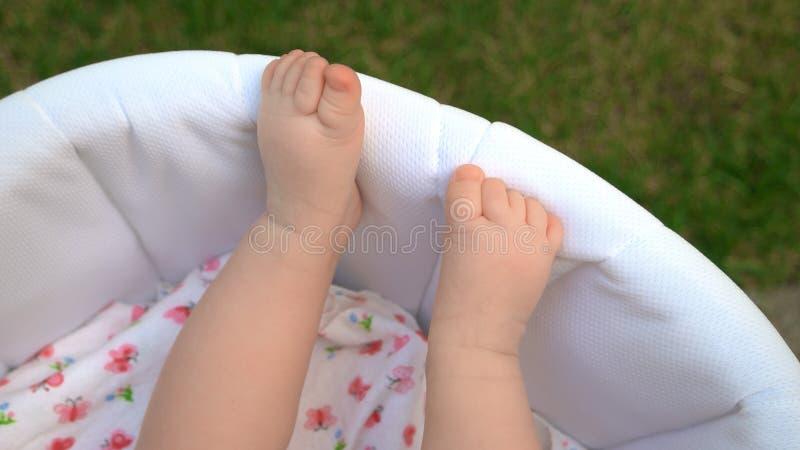 Gambe nude del neonato immagine stock