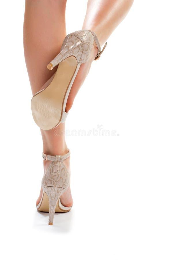 Gambe in scarpe del tallone fotografie stock