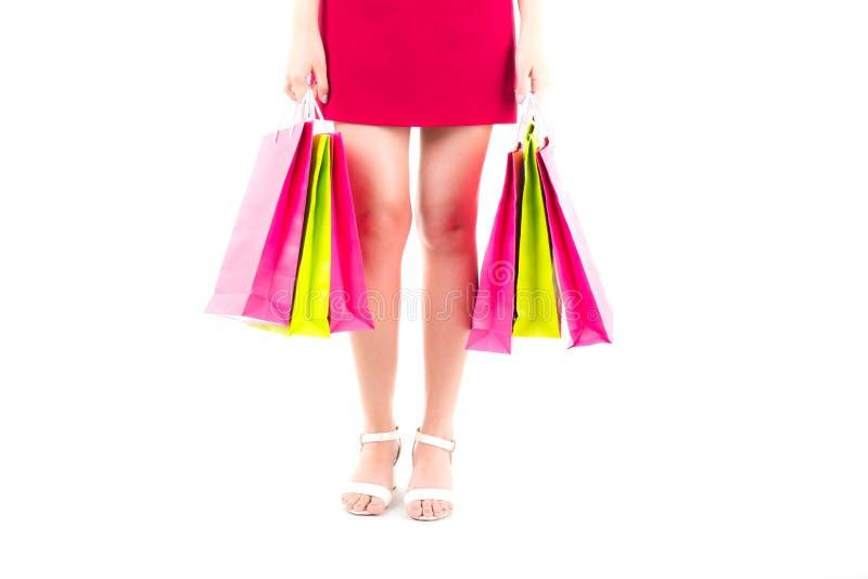gambe snelle della bella donna Ragazza asiatica che tiene un sacchetto della spesa di carta immagine stock