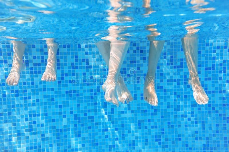 Download Gambe Subacquee Divertenti Della Famiglia Nella Piscina Immagine Stock - Immagine di people, bambino: 56890077