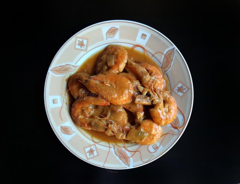Gamberetti all'aglio su fondo nero cibo tipico di Escuintla, Guatemala immagini stock libere da diritti