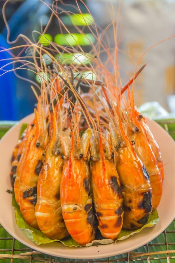 Gamberetti arrostiti da vendere nel mercato dei frutti di mare della via, Bangkok, Tailandia immagini stock