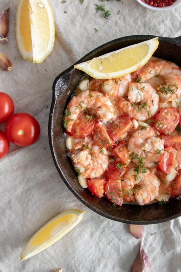 Gamberetti cotti in salsa di pomodoro all'aglio fotografia stock libera da diritti