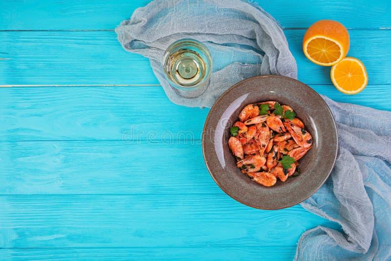 Gamberetti fritti con salsa arancio piccante su fondo di legno immagine stock libera da diritti
