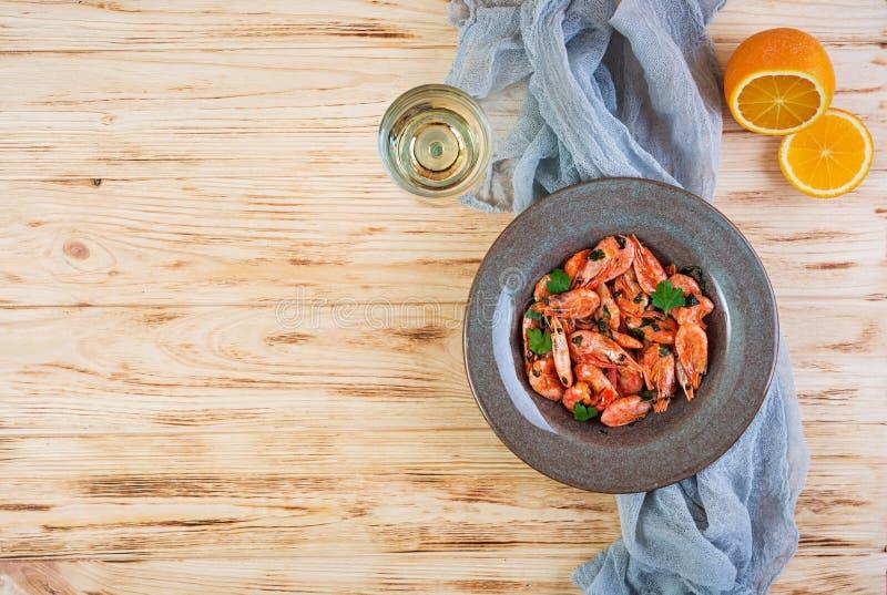Gamberetti fritti con salsa arancio piccante su fondo di legno fotografie stock libere da diritti
