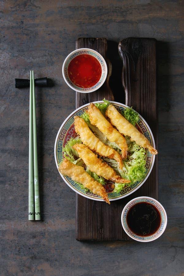 Gamberetti fritti della tempura con le salse immagini stock
