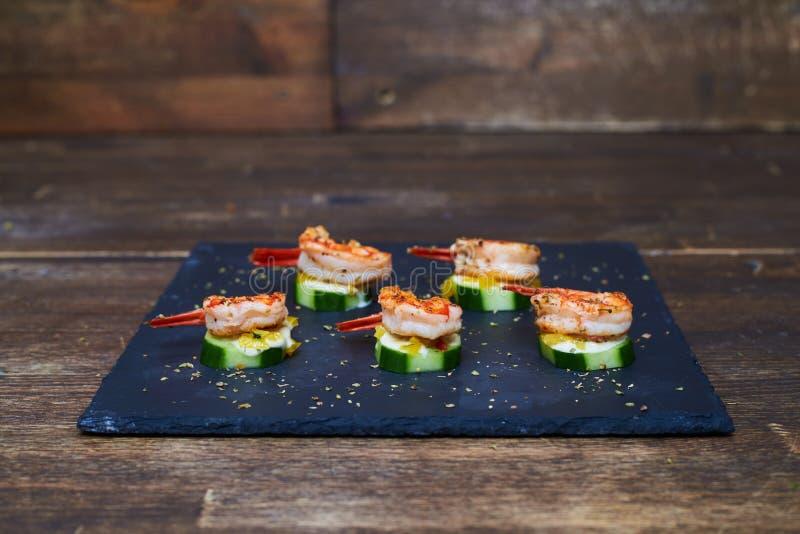 Gamberetti marinati sugli zucchini arrostiti con besciamella fotografie stock