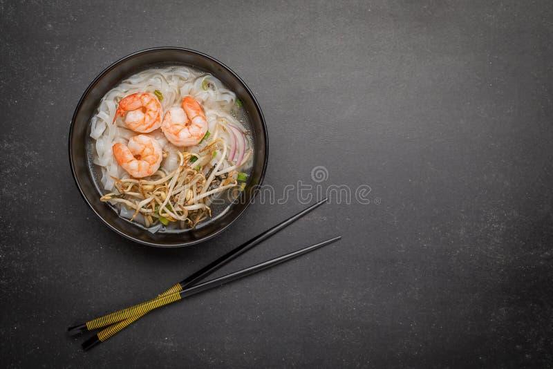 Gamberetto asiatico della minestra del brodo della tagliatella di gatto di Pho immagini stock libere da diritti