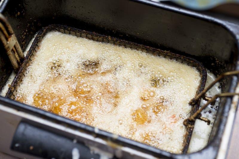 Gamberetto cucinato nella fine della friggitrice su immagini stock libere da diritti