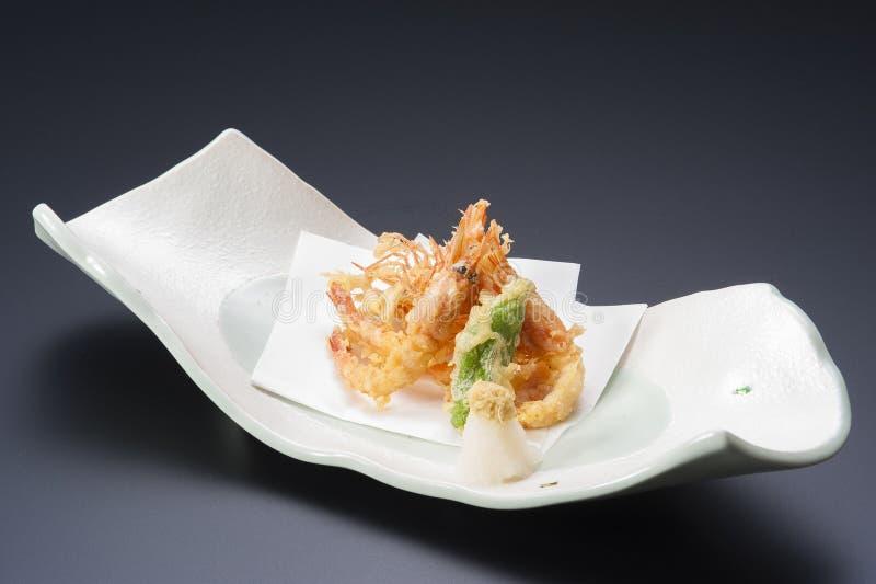 Gamberetto fritto della tempura sul vassoio bianco nel nero immagini stock