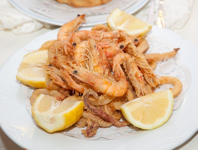 Gamberetto fritto in grasso bollente misto del pesce e vassoio del calamaro fotografia stock