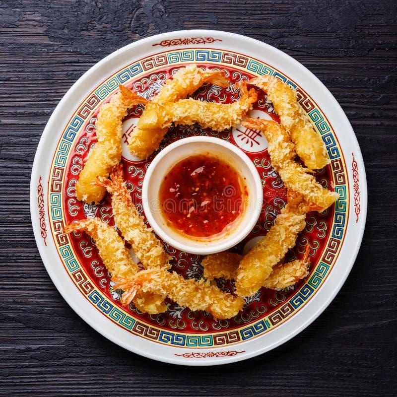 Gamberetto fritto nel grasso bollente della tempura con salsa fotografie stock libere da diritti