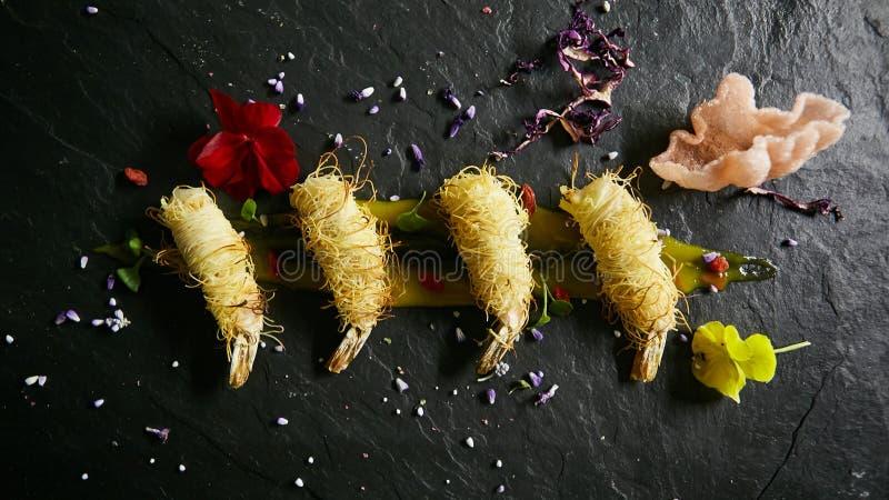 Gamberetto fritto in tagliatelle di riso Spuntino dai gamberetti Alta cucina r immagine stock