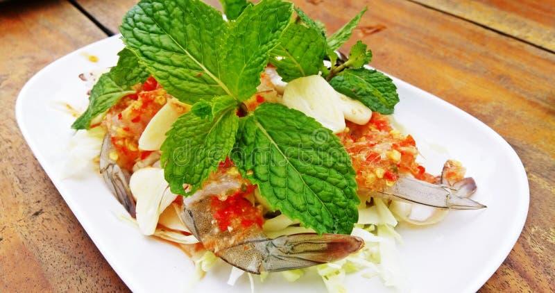 Gamberetto piccante dell'insalata in salsa di pesce su fondo di legno immagini stock