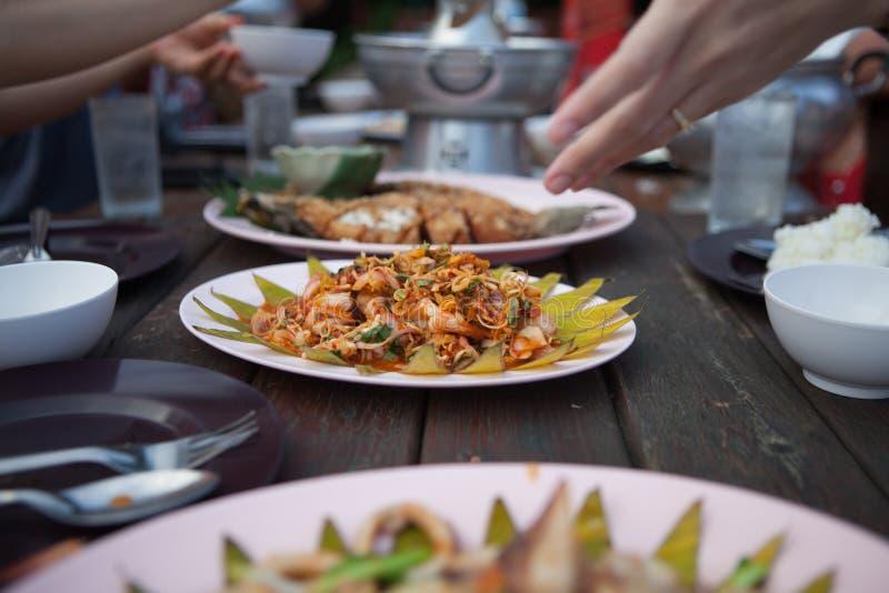 Gamberetto piccante dell'insalata sulla tavola fotografia stock libera da diritti
