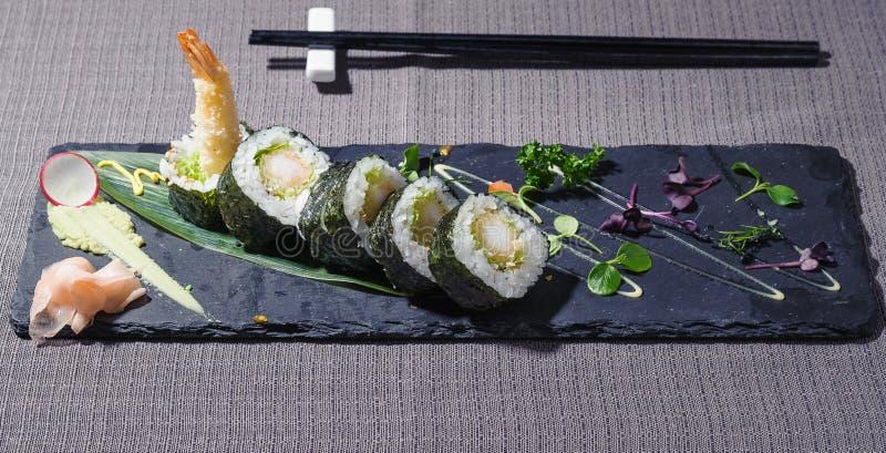 Gamberetto rosso fritto in tempura avvolta in riso con il nori e l'insalata dell'alga immagini stock libere da diritti
