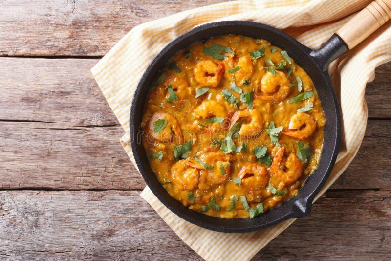 Gamberetto in salsa di curry nella pentola vista superiore orizzontale fotografia stock