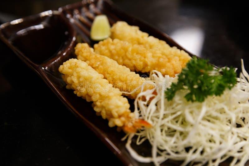 Gamberetto in tempura con le fette e l'insalata del limone immagine stock