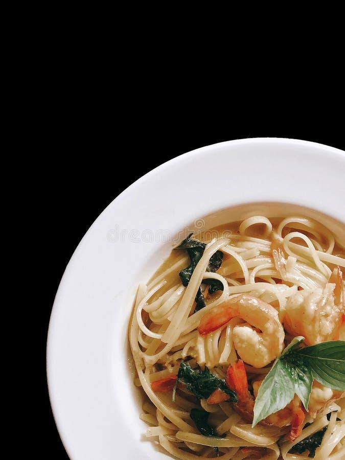 Gamberetto verde del curry degli spaghetti sul nero isolato fotografia stock libera da diritti