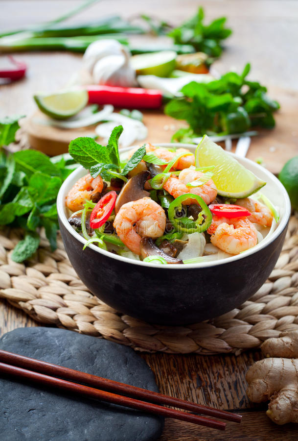 Gamberetto vietnamita, gamberetto, tagliatella di riso dello shiitake del peperoncino rosso fotografia stock libera da diritti