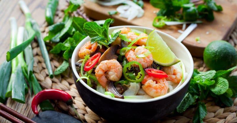 Gamberetto vietnamita, gamberetto, tagliatella di riso dello shiitake del peperoncino rosso immagini stock