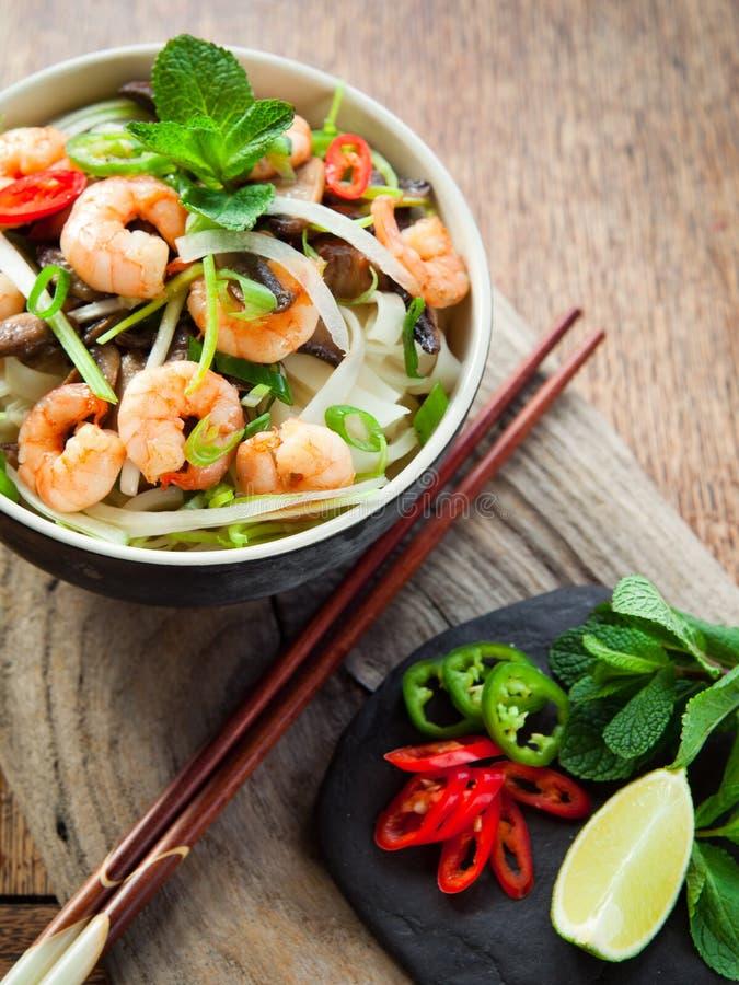 Gamberetto vietnamita, gamberetto, tagliatella di riso dello shiitake del peperoncino rosso immagine stock