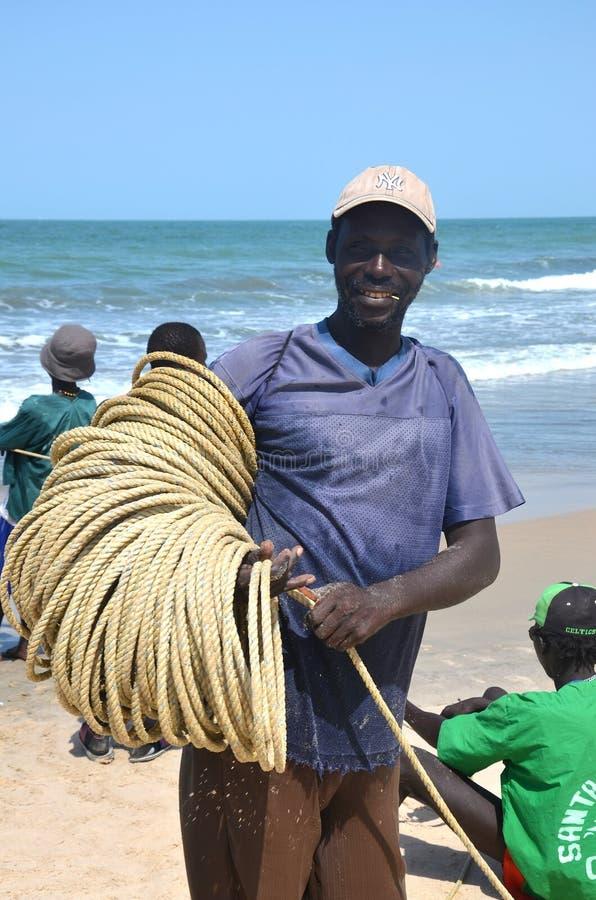 Gambiaan渔夫人带来天的抓住 库存图片