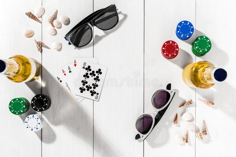 gambling Обломоки покера, карточки и 2 бутылки пива на деревянном столе Взгляд сверху Copyspace покер стоковое фото