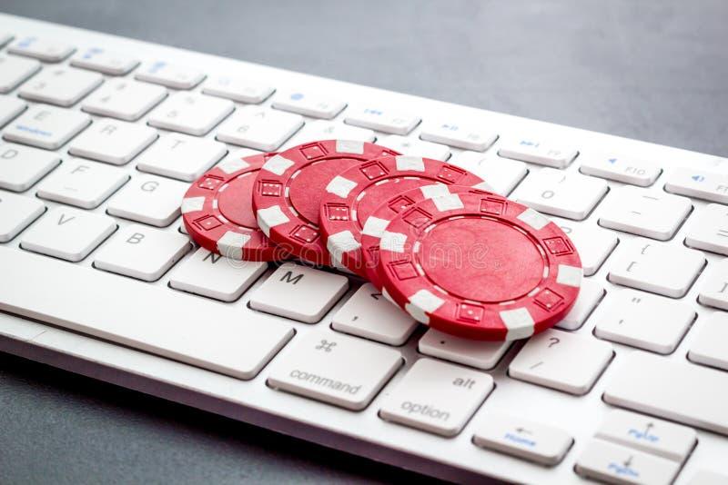 Gambling, online games Chips in de buurt van toetsenbord zonder achtergrond stock foto's