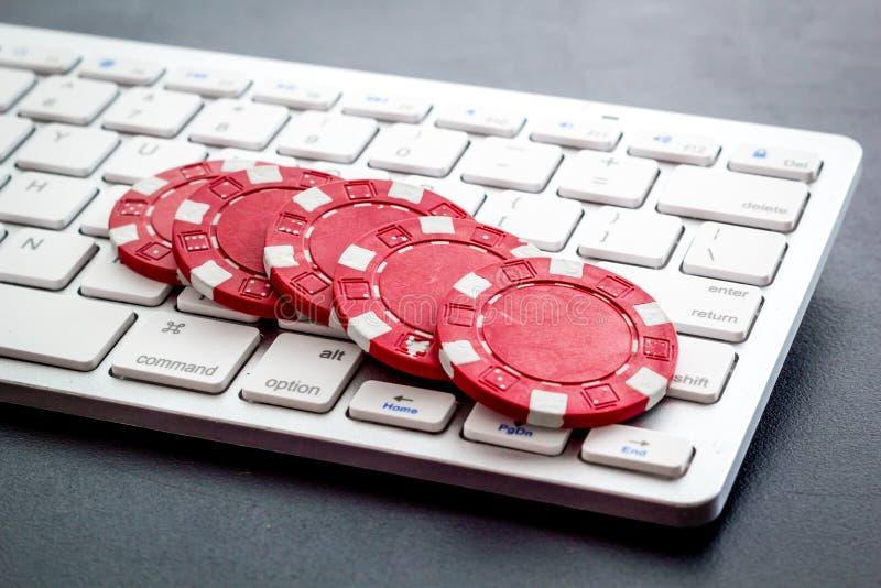 Gambling, online games Chips in de buurt van toetsenbord zonder achtergrond royalty-vrije stock foto