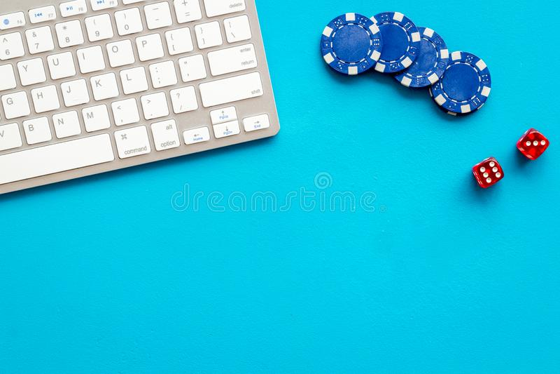 Gambling, online games Chips en dices dichtbij toetsenbord op blauwe achtergrond top-down exemplaarruimte royalty-vrije stock foto's