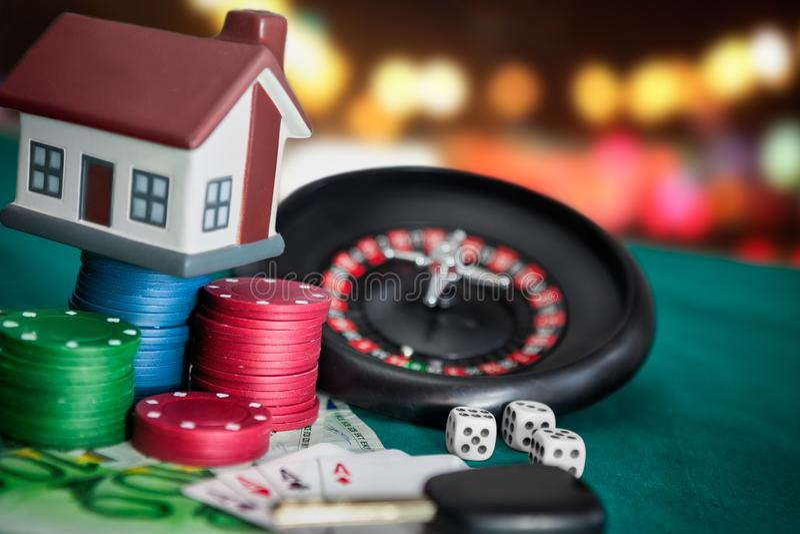 gambling Roulette met kaarten, geld en huis stock foto