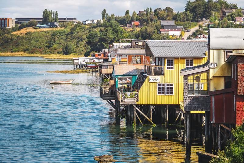 Gamboa Palafitos styltahus - Castro, Chiloe ö, Chile royaltyfri fotografi